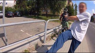 """""""Chcesz w ryj?"""" – agresywny pieszy kontra rowerzyści na chodniku"""