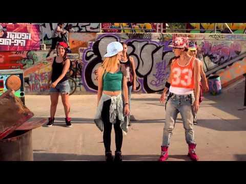 הופ! - בהפסקת היפ הופ, לולי, תלמד אתכם ריקודים ללהיטים הכי חמים שיש בחמש דקות בלבד! גם מי שלא רקד אף פעם יגלה שזה ממש לא מסובך וילמד את התנועות...
