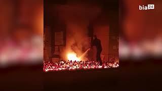 Policjant usiłuje ugasić pożar pod siedzibą PiS w Białymstoku