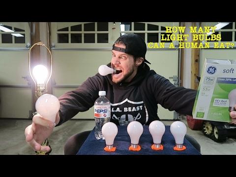 Hullu mies syö hehkulamppuja – Älä kokeile kotona