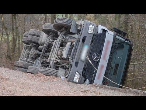 Eimelrod: Betonmischer kippt auf Waldweg um