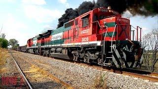 Que hay raza aquí les dejo un vídeo del metalero de Ferromex cargado rumbo norte en esta ocasión la locomotora líder fue la 4104 una SD70ACe y en múltiple la 4815 una ES45AH y remota la 4039 otra SD70ACe ahora me tocó grabar el momento en que las ayudas de Lagos de Moreno se le acoplaron al metalero al final del tren para ayudarle a las locomotoras del metalero a subir la pendiente las ayudas fueron una mancuerna de Super 7MP las cuales fueron la 3818 y 3820, al principio del vídeo grabe cuando las ayudas llegaron y se metieron al cambio de Pedrito por la punta norte a la altura de la placa kilométrica # 449 de la Línea A, ya dentro del escape esperaron a que llegará el metalero al norte con la 4104 de líder para poder acoplarsele al final para ayudarlo a subir la pendiente, despues de la llegada de la 4104 al norte, las ayudas se salieron por la punta sur del escape de Pedrito a la altura de la placa kilométrica # 446 de la línea A, después de librar las agujas de la punta sur de Pedrito se le acoplaron al final del metalero, aquí en el vídeo trate de grabar el momento en que el garrotero le pone el AFT a las ayudas y posteriormente acopla las ayudas al tren corre viento y a acelerar se ha dicho, les costó trabajo a las Super 7MP empujar el tren pero no se rajaron ahí en el vídeo se aprecia la humadera al momento del aceleron, este chingon show lo grabe en la placa kilométrica # 449 y #446 de la Línea A del Distrito de León en el municipio de Pedrito, Jalisco. México NOAS_5