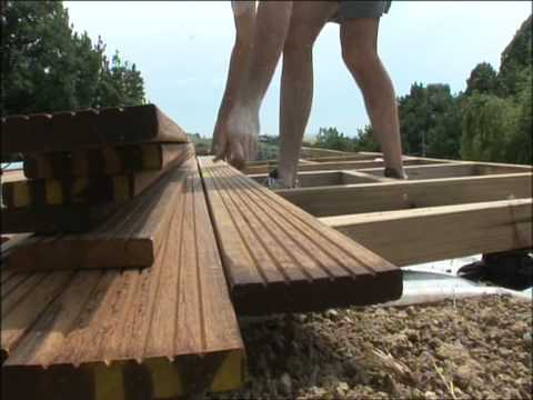 comment poser une terrasse en bois sur de l'herbe