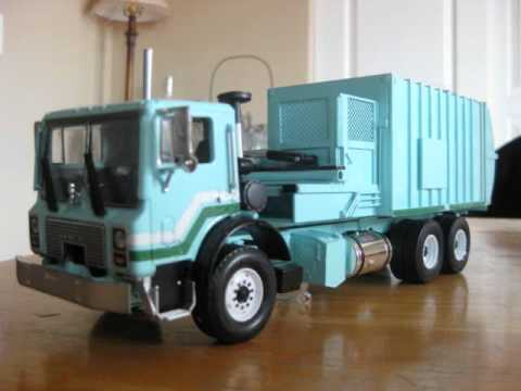 1/34 Scale Split-Body Side Load Garbage Truck