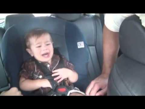 Nem nyugszik a kisbaba az autósülésen...