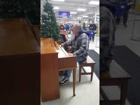 Mies istuu pianon taakse kaupassa ja alkaa soittaan – Taitavaa!