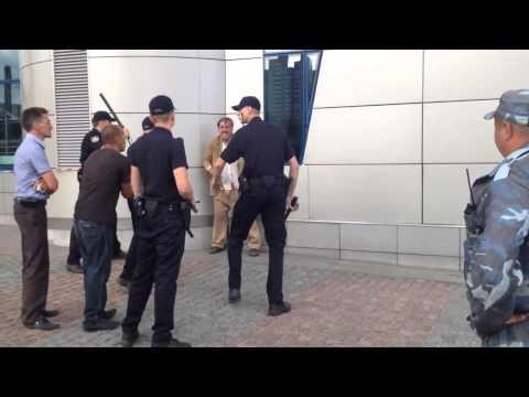 Четверо милиционеров Украины избивают бездомного