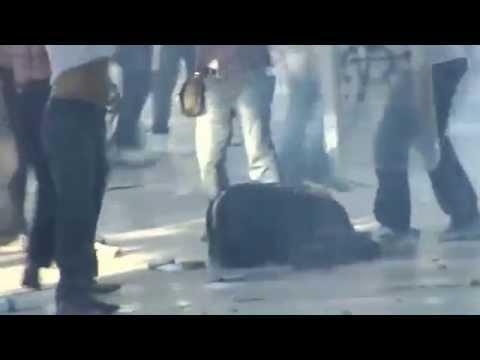 Turchia, poliziotto spara in testa a un manifestante e scappa