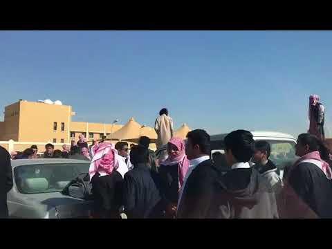 العرب اليوم - شاهد: مواجهة عنيفة بين مجموعة من الطلاب أمام مدرسة سعودية