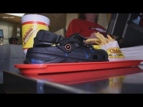 Video - Έτρωγαν κοτόπουλο και πατάτες και έφευγαν δωρεάν με ένα ζευγάρι Crocs