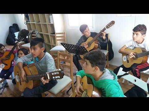 Λέσβος: Προσφυγόπουλα μαθαίνουν πιάνο, κρουστά και κιθάρα