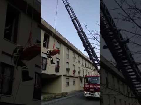 Tavernola, pensionata soccorsa con l'autogru dai pompieri