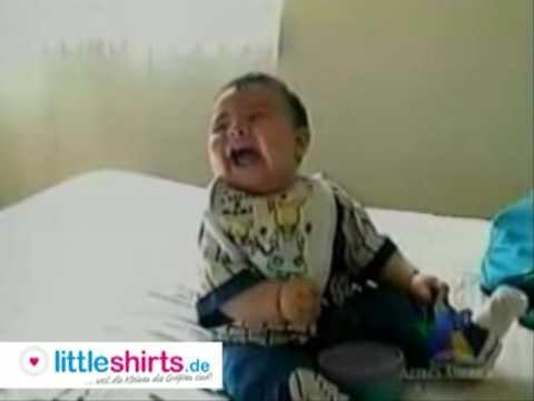 Baby bekommt einen Lachanfall und fällt um.