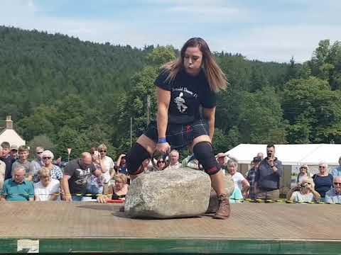 Vahva nainen nostaa valtavat kivet ilmaan