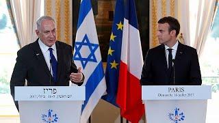 """Fransa Cumhurbaşkanı Emmanuel Macron ve İsrail Başbakanı Binyamin Netanyahu, Nazi toplama kamplarına sınır dışı edilen Fransız Musevileri anmak için düzenlenen törene katıldı.Macron, burada yaptığı konuşmada Fransa'daki Nazi işbirlikçisi Vichy yönetiminin büyük sorumluluğu olduğunu söyledi: """"Ben Vichy'nin Fransa olmadığı yolunda uzlaşmacı tavırları reddediyorum. Vichy kesinlikle Fransız halkı değildi ancak Fransa'nın yönetimi ve hükümetiydi.""""75 yıl önce Nazi işbirlikçesi Fransız Vichy hüküme…İLGILI HABERLER: http://tr.euronews.com/2017/07/16/fransa-gecmisiyle-yuzlesiyoreuronews: Avrupa'nın en çok izlenen haber kanalı.Üye ol! http://www.youtube.com/subscription_center?add_user=euronewstreuronews şimdi 13 ayrı dilde: https://www.youtube.com/user/euronewsnetwork/channelsTürkçe: Web sayfası: http://tr.euronews.com/Facebook: https://www.facebook.com/euronews.trTwitter: http://twitter.com/euronews_tr"""