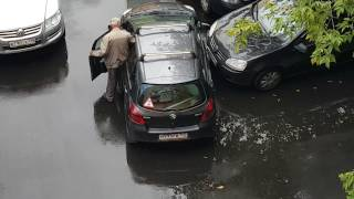 Dziadek rozwalił system swoim wyjazdem z parkingu! Mistrzowski manewr na osiedlu!