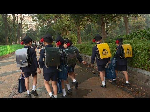 Japan encourages parents to let kids walk to school solo (видео)
