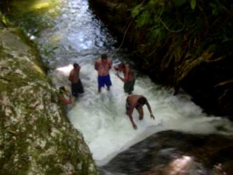 Escorregando na cachoeira em guapiaçu