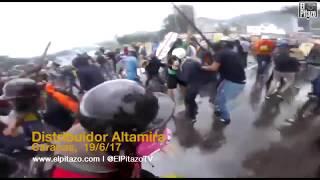 El distribuidor Altamira de Caracas protagonizó una verdadera batalla campal entre manifestantes y Guardia Nacional este 19 de...