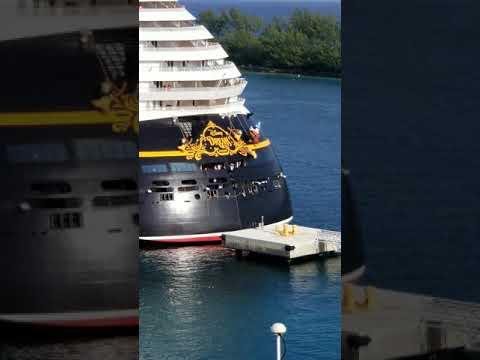 На Багамах круизный лайнер врезался в пирс