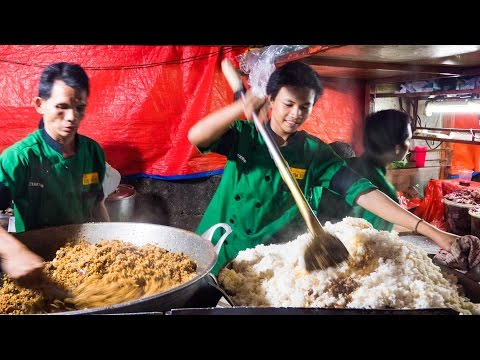 Indonesian Street Food - GIANT Fried Rice In Jakarta, Indonesia (Nasi Goreng Kambing Kebon Sirih)!