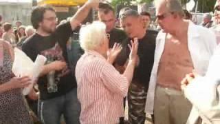 Babcia z PiSu dusi zwolennika PO.