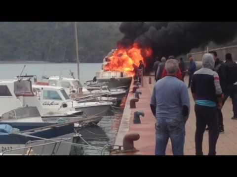 Camerota, imbarcazione di circa 6-7 metri prende fuoco