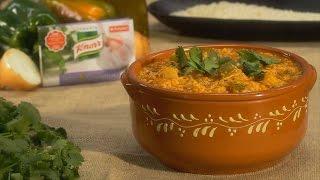Aloure a cebola no azeite quente, junte o bacalhau em lascas e a barra Knorr de tempero de Alho e Coentros.