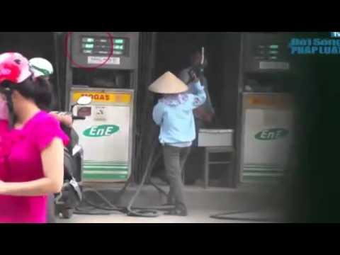 Clip: Thủ đoạn ăn bớt xăng mới của nhân viên cây xăng