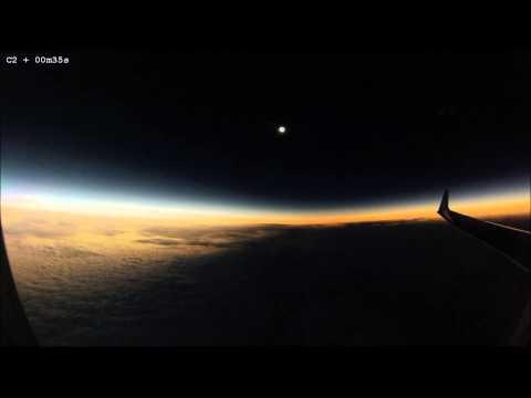 مشهد نادر من الطائرة أثناء الكسوف الكلي للشمس