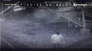 Video Berita Kriminal: Detik detik Bom Paket Terekam CCTV Meledak di Surabaya [Terbaru] MP3, 3GP, MP4, WEBM, AVI, FLV Mei 2018
