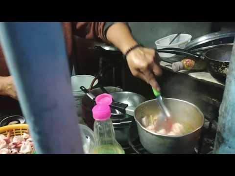 Приготовление супа Том Ям в уличном кафе в Таиланде