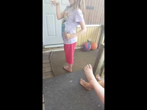 This girl refuses to twerk (видео)