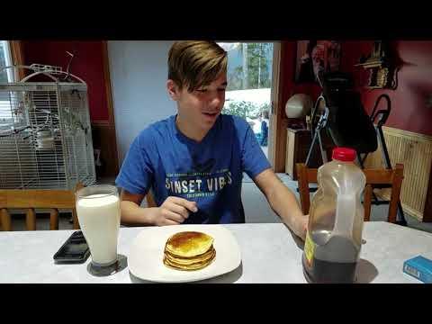 Ăn sáng món bánh pancake cùng em đẹp trai