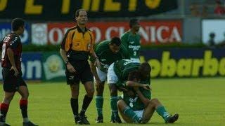 Vitória derrota a equipe paulista no Barradão em 2002 provocando seu rebaixamento para a 2ª Divisão. Os gols foram de Alan Dellon, Zé Roberto, André e ...