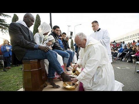 Ρώμη: Ο Πάπας Φραγκίσκος έπλυνε τα πόδια μεταναστών στην τελετή του Νιπτήρος