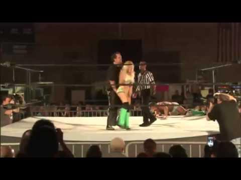 摔角女想偷襲卻被攻擊下體,這招太奸詐了!