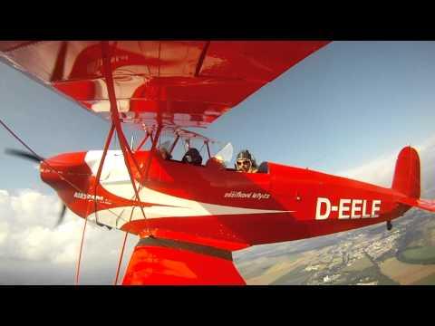 Ukázka akrobatického letu dvouplošníku...