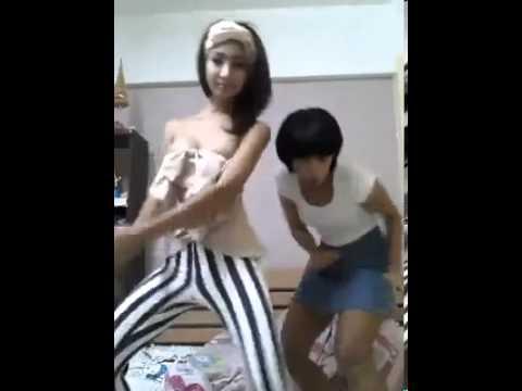 兩位跳舞的泰國女孩, 留意右邊的美女