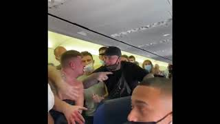 Ludzie na pokładzie samolotu rzucili się na mężczyznę bez maseczki. Przerażająca akcja.