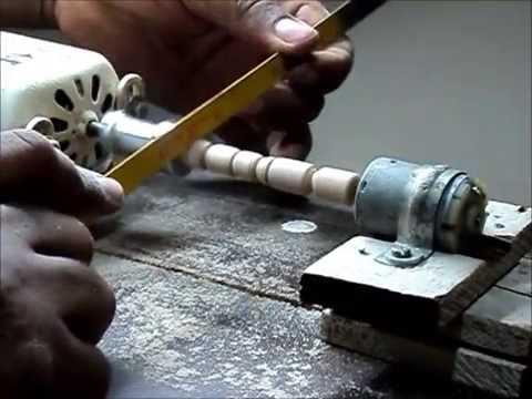 Torno casero - mini torno caseiro para peças pequenas e artesanato, feito com um motor de maquina de costura, e sucatas velhas.