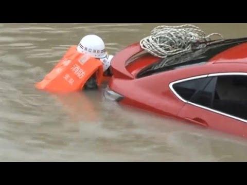 Καταστροφικό το πέρασμα του τυφώνα Ντιανμού από τη νότια Κίνα
