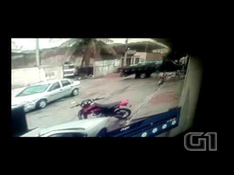 Homem morre prensado entre casa  e caminhão ao tentar parar veículo Vídeo mostra momento no qual a vítima tenta parar o caminhão e é prensada. Acidente ocorreu em Santa Cruz do Capibaribe; homem morreu no local.