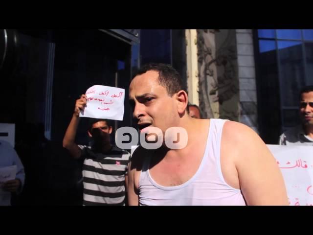 رصد | شاهد الصحفي شريف البرموني يحاول إشعال النار بجسده إعتراضا على غلق جريده التحرير