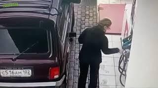 Kobieta i jej bezprzewodowe tankowanie paliwa na stacji paliw