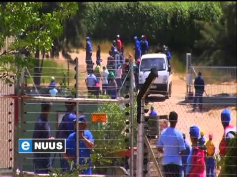Nie-stakende plaaswerkers verjaag oproermakers / Non-striking farm workers defend farmers