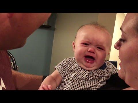 小女嬰一看到「爸爸親媽媽」就會馬上爆哭,她一臉皺成包子的表情讓每個人都忍不住噴笑啊!