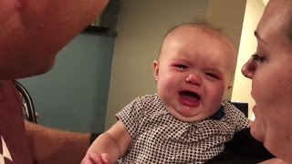 طفلة تبكي بسبب قبلات أهلها!