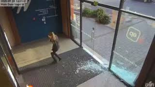 Kiedy z zbyt dużym rozmachem wchodzisz do biurowca podczas wiatru