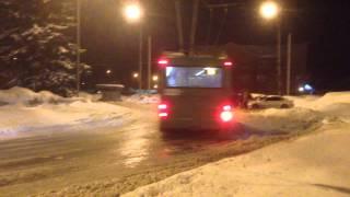 Drift rosyjskim trolejbusem i podjazd na przystanek.